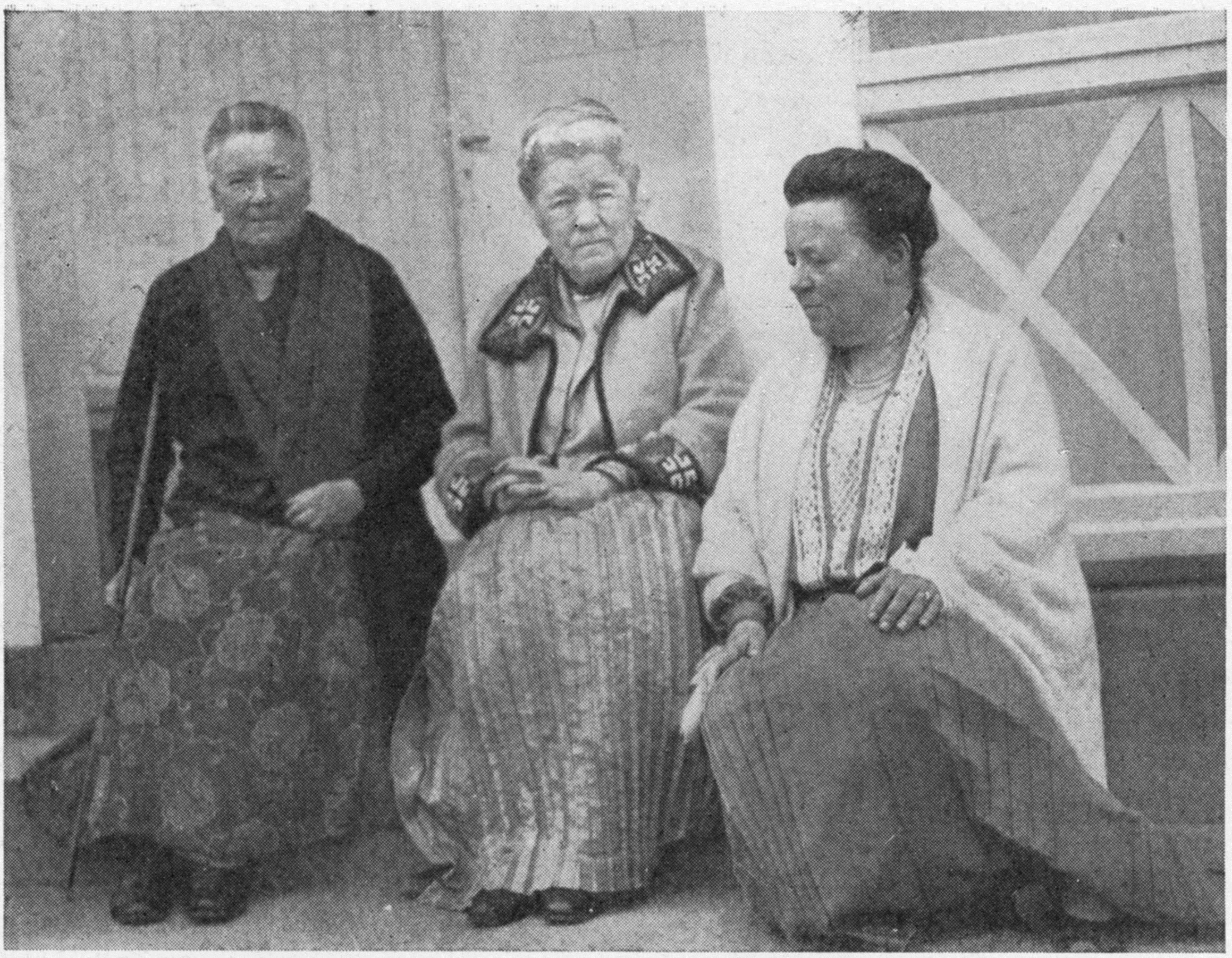 2. Op de warande van Mårbacka. Christine Doorman (links) met Selma Lagerlöf (midden) en juffrouw Uhlander, secretaresse van Selma Lagerlöf ca. 1925 (particuliere collectie)